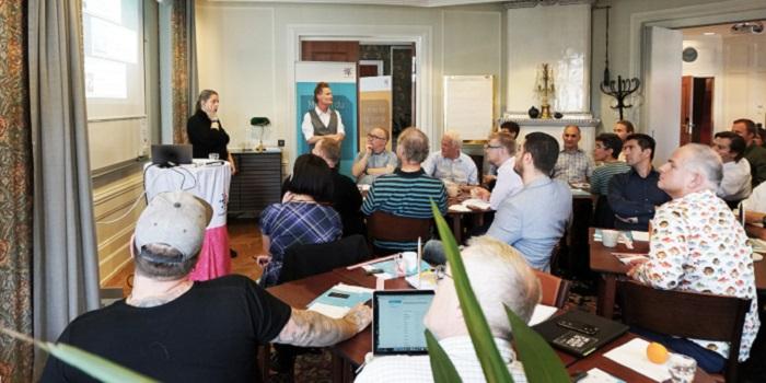 Allt fler medlemmar i Sveriges Ingenjörer engagerar sig lokalt och genomför aktiviteter och projekt i sitt distrikt. Längst fram från vänster: Jessica Pahlén, Stockholm och Kari Waldenström, Sveriges Ingenjörers förbundskansli. Foto: Emilie Johansson, Sveriges Ingenjörer.